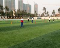 女球员们在教练指导下,积极训练
